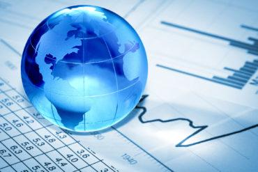 Globe on financial planning papers © Artur Marciniec - Fotolia