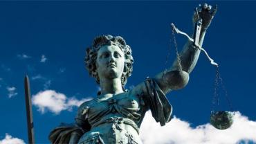 Justice statue with blue sky and white clouds © davis – Fotolia.com