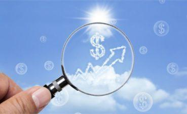 Cloud dollar sign under magnifying glass on blue sky © spacezerocom – Fotolia.com