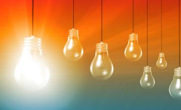 Hanging lightbulbs, bright idea © Kentoh - Fotolia.com