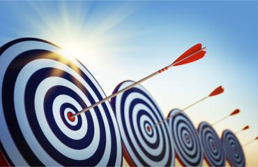 Arrows hitting bullseye on row of targets, sun behind © psdesign1 - Fotolia.com