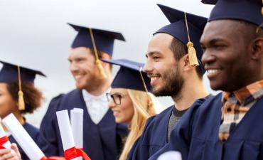 Successful students in mortar boards with diplomas © Syda Productions - Fotolia.com