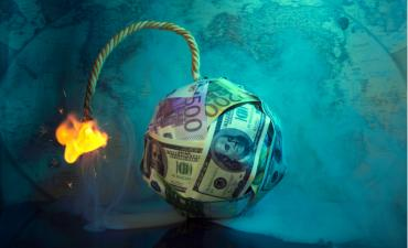 Fuse burns on global recession bomb made of banknotes © Erkipauk - shutterstock