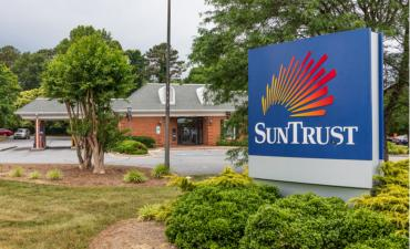 A branch of SunTrust Bank © J. Michael Jones - shutterstock