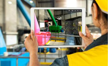 Service technician uses augmented reality industry 4.0 © Zapp2Photo - shutterstock