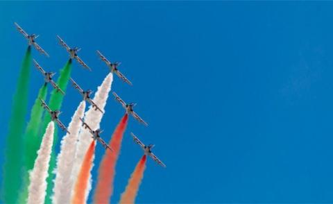 Fighter jets in tricolor display formation © Enzoart - Fotolia.com