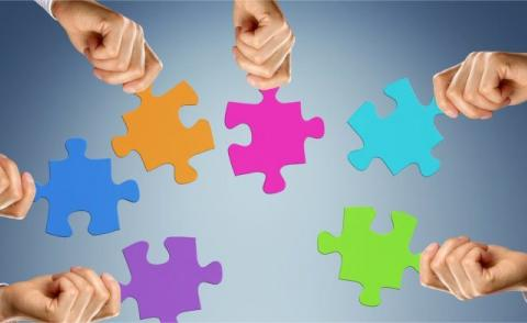 Teamwork concept with hands and jigsaw pieces © Coloures-pic – Fotolia.com