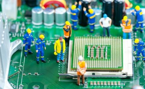 Miniature service engineers inspecting CPU © kirill_makarov - Fotolia.com