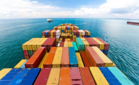 Containers on cargo ship approaching Singapore © donvictori0 - Fotolia.com