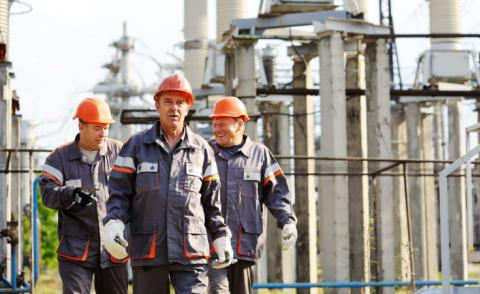 Engineers walking in a power plant © Evgeniy Kalinovskiy - Fotolia.com