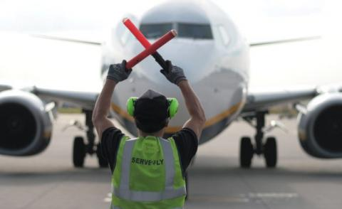 Marshalling a Ryanair plane on the ground © filieri - Fotolia.com