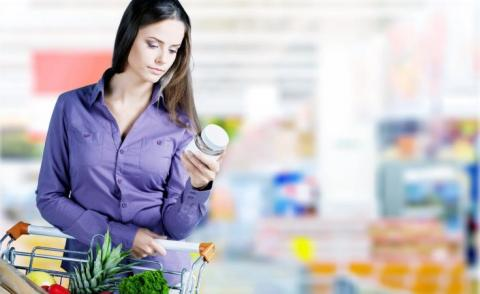 Supermarket shopper reads label on product © BillionPhotos.com - Fotolia.com