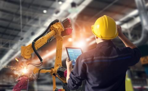 Engineer with tablet checks robot welding in intelligent manufacturing factory © PopTika - shutterstock