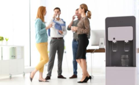Water cooler with blurred office employees on background © New Africa - shutterstock