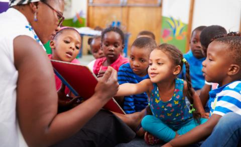 Teacher reading a book with a class of preschool children © Monkey Business Images - shutterstock