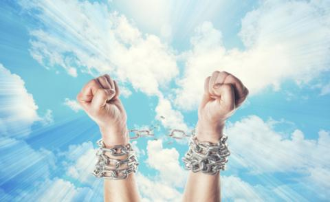 Hands break chains of technical debt with bright clouds © Merydolla - shutterstock